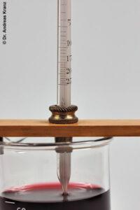 Abb. 6.B3: Ein Blick auf die Skala verrät: Der Wein hat einen Alkoholgehalt von gut 14 %.
