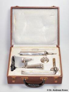 Abb. 6.A1: Ein Ebullioskop, zerlegt im Transportkoffer.